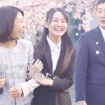 AOKI-CM・吉本実憂 スーツで家族と桜道を歩く女の子の笑顔