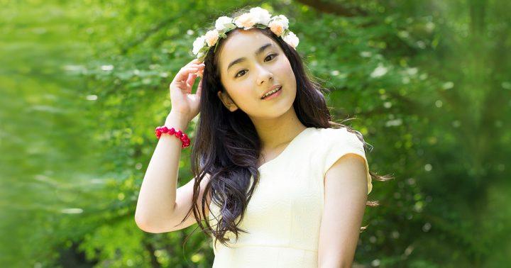 花かんむり ロングヘア 女の子 白いワンピース