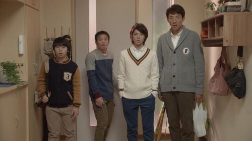 4人組 男性 玄関 並ぶ