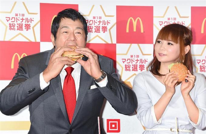 男性 女性 ハンバーガー 食べる