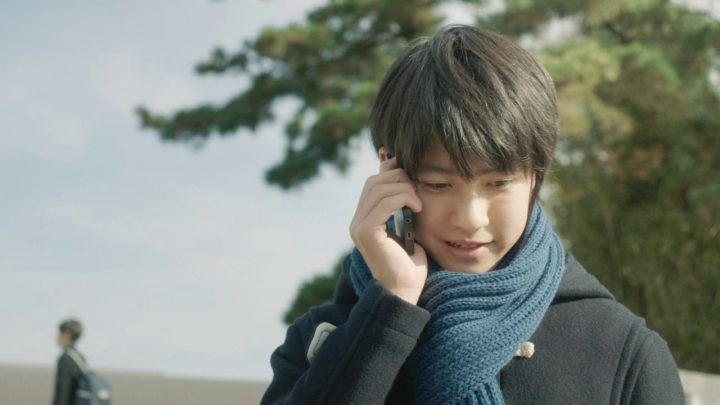 青いマフラー 学生服 携帯電話 黒髪