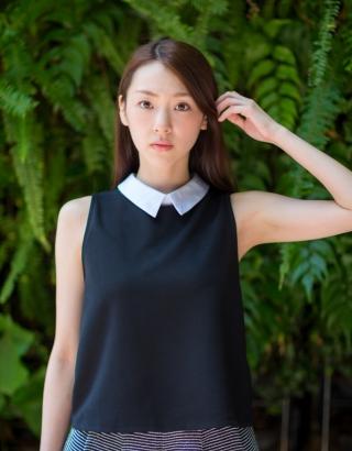 女性 ノースリーブ 緑 黒い服