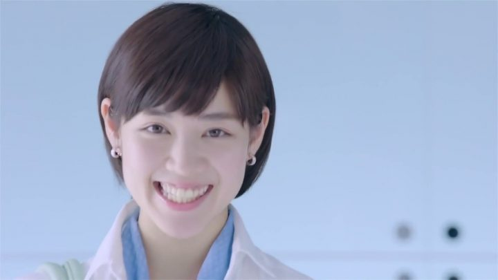 女性 吉谷彩子 ショートカット 笑顔