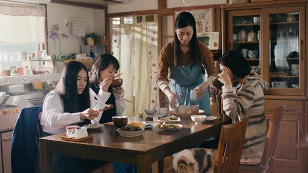 アキュビュー CM 家 4姉妹