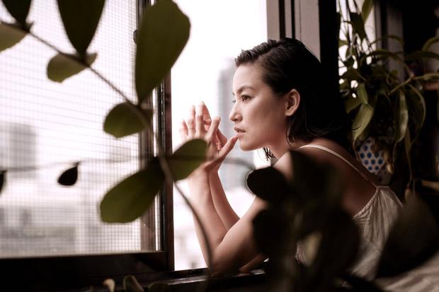女優 女性 桃生亜希子 窓